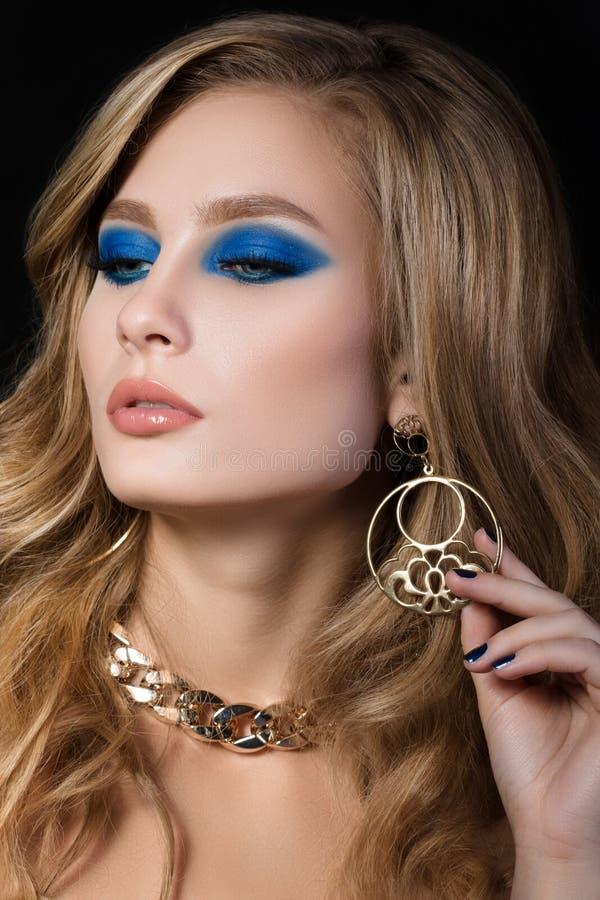 Piękno portret młoda blondynki kobieta z błękitnymi smokey oczami robi obraz royalty free