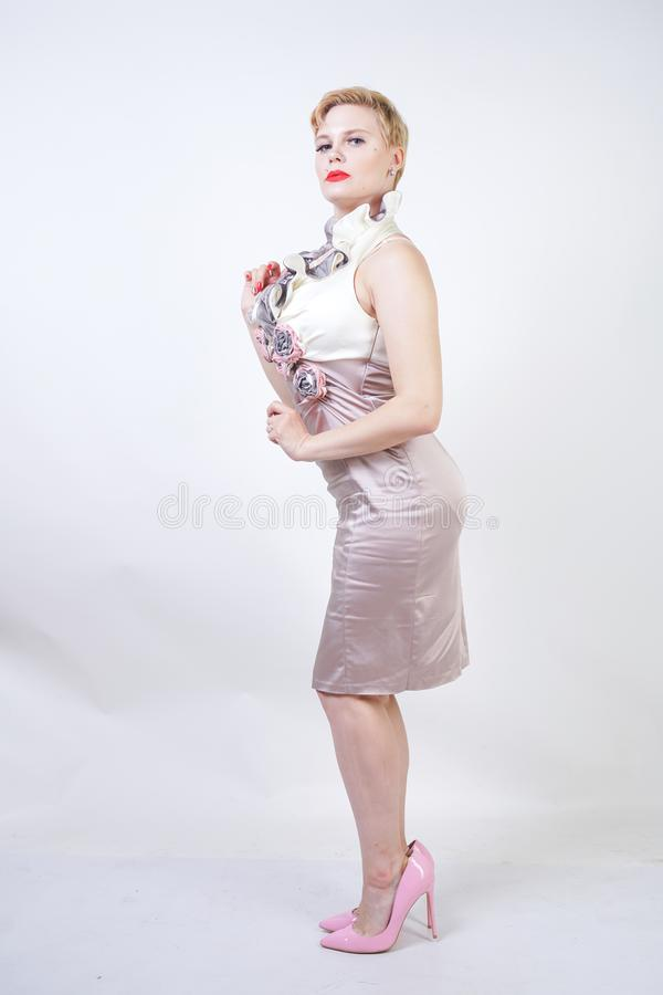 Piękno portret młoda curvyy dziewczyna w Midi sukni zdjęcie stock