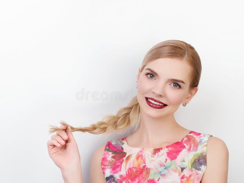 Piękno portret młoda rozochocona młoda świeża przyglądająca kobieta z jaskrawy modnym uzupełniał blond zdrowego włosianego warkoc zdjęcie royalty free