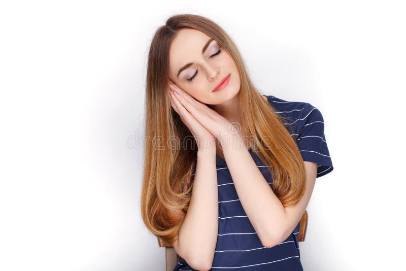Piękno portret młoda urocza świeża przyglądająca blondynki kobieta w błękitnej t koszula Emoci i wyrazu twarzy pojęcie zdjęcie stock