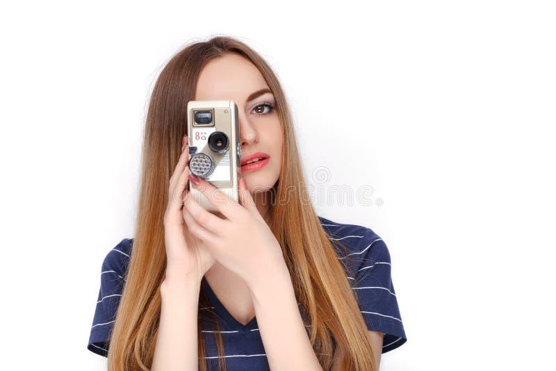 Piękno portret młoda urocza świeża przyglądająca blondynki kobieta z rocznikiem 8 mm kinowa kamera w błękitnej t koszula Emocja i zdjęcie royalty free