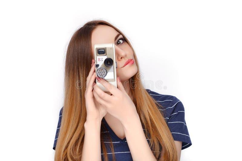 Piękno portret młoda urocza świeża przyglądająca blondynki kobieta z rocznikiem 8 mm kinowa kamera w błękitnej t koszula Emocja i obraz royalty free