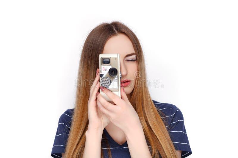 Piękno portret młoda urocza świeża przyglądająca blondynki kobieta z rocznikiem 8 mm kinowa kamera w błękitnej t koszula Emocja i fotografia stock