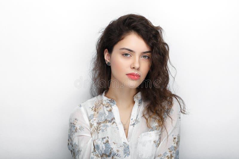 Piękno portret młoda urocza świeża przyglądająca brunetki kobieta z długim brown zdrowym kędzierzawym włosy Emocja l i wyraz twar zdjęcie stock