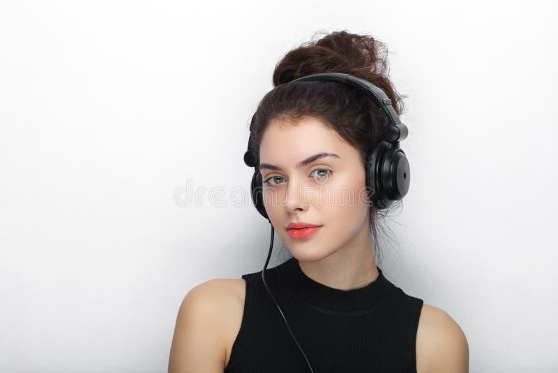 Piękno portret młoda urocza świeża przyglądająca brunetki kobieta z długim brown zdrowym kędzierzawym włosy pozuje w dużym czarny zdjęcia royalty free