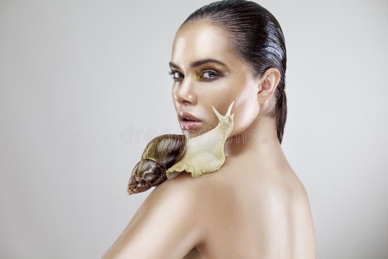 Piękno portret młodej kobiety mienia ślimaczek zdjęcia stock