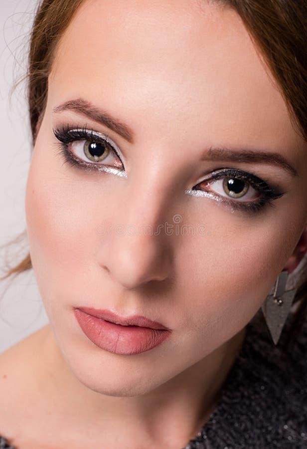 Piękno portret młody siwieje przyglądającej się kobiety obrazy royalty free