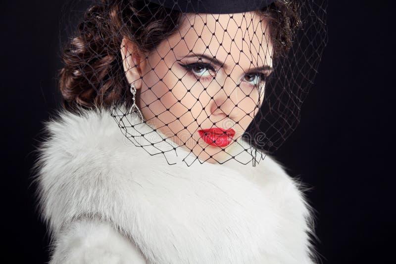 Piękno portret namiętna elegancka kobieta z gorącymi czerwonymi wargami, w zdjęcie royalty free