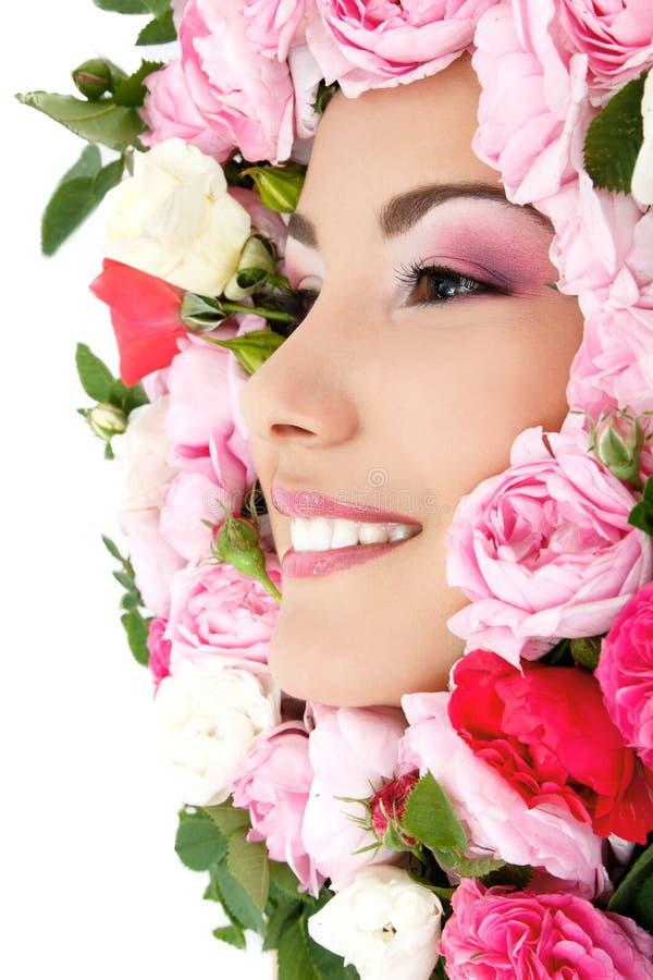 Piękno portret piękna młoda żeńska twarz z kwiat różami fotografia stock