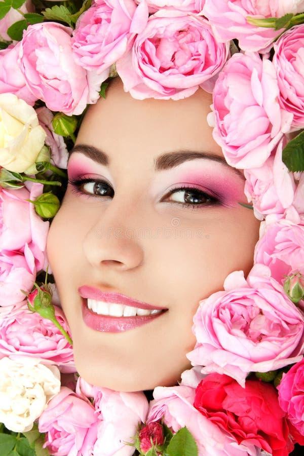 Piękno portret piękna młoda żeńska twarz z kwiat różami obrazy stock
