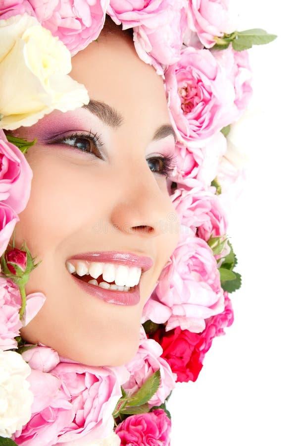 Piękno portret piękna młoda żeńska twarz z kwiat różami zdjęcia stock