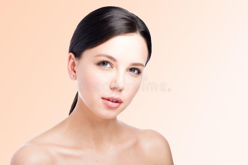 Piękno portret piękna młoda kobieta Czuły spojrzenie Perfect Makeup zdjęcie royalty free