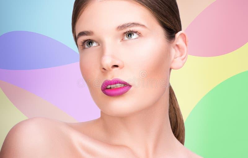 Piękno portret piękna młoda kobieta Jaskrawe wargi i fachowy makeup zdjęcie royalty free