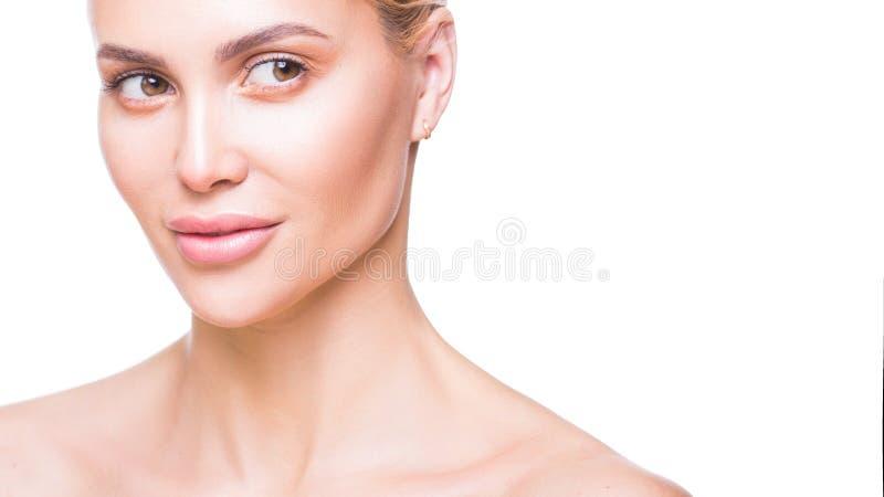 Piękno portret piękna młoda kobieta patrzeje oddalony i uśmiechnięty Czysta, prawdziwa skóra, Odizolowywaj?cy na bielu obrazy stock