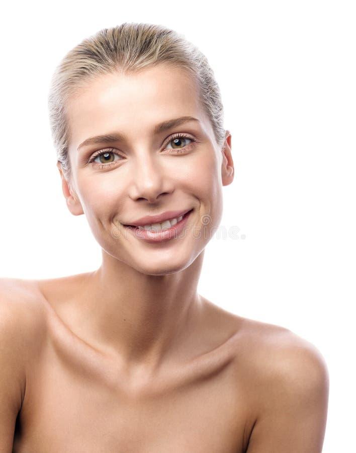 Piękno portret piękna młoda kobieta z miłym uśmiechem zdjęcie royalty free