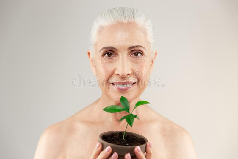 Piękno portret radosna przyrodnia naga starsza kobieta fotografia royalty free