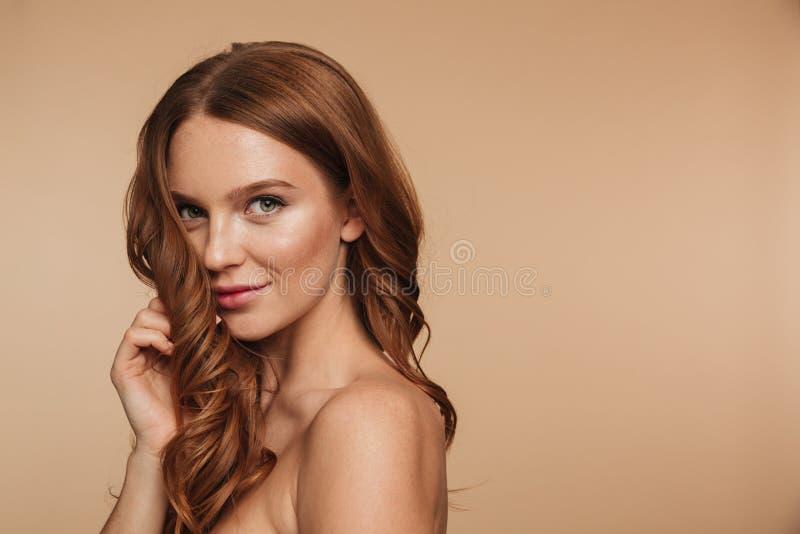 Piękno portret tajemnicy uśmiechnięta imbirowa kobieta z długie włosy zdjęcia stock