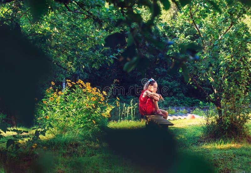 Piękno Romantyczna dziewczyna Outdoors Piękna Nastoletnia Wzorcowa dziewczyna w R zdjęcie royalty free