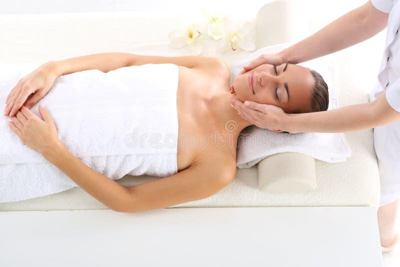 Piękno salon kobieta przy twarz masażem zdjęcie royalty free