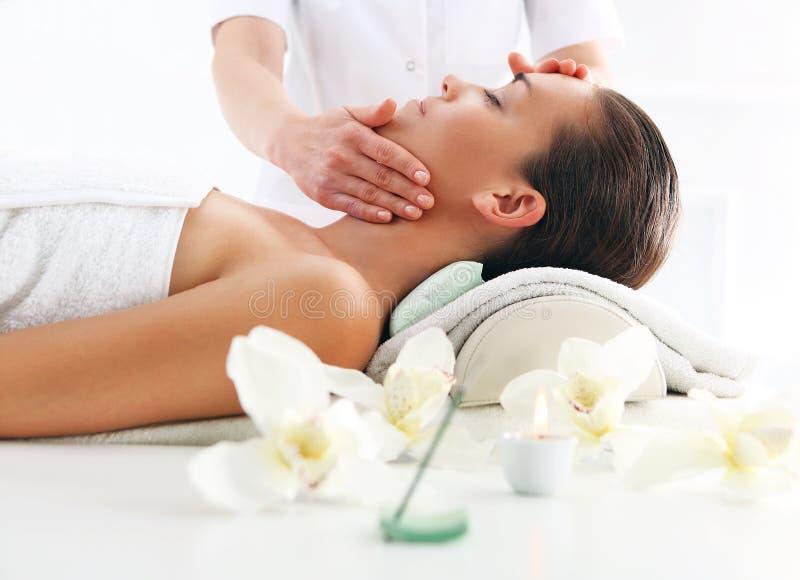 Piękno salon, kobieta przy twarz masażem zdjęcia stock