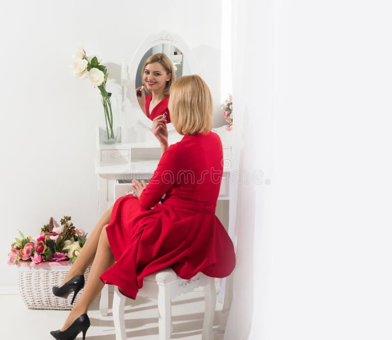 Piękno salon lub boudoir Patrzeje seksowna dziewczyna lub biznes dama z makeup Modni kosmetyki i skincare Seksowna kobieta stawia obrazy royalty free