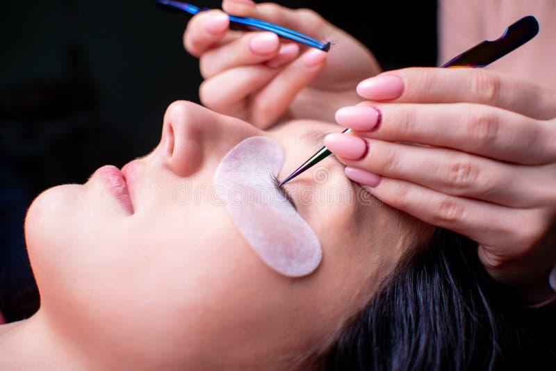 Piękno salon, rzęsy rozszerzenia procedura zamknięta w górę piękne włosy długie kobieta zdjęcia stock