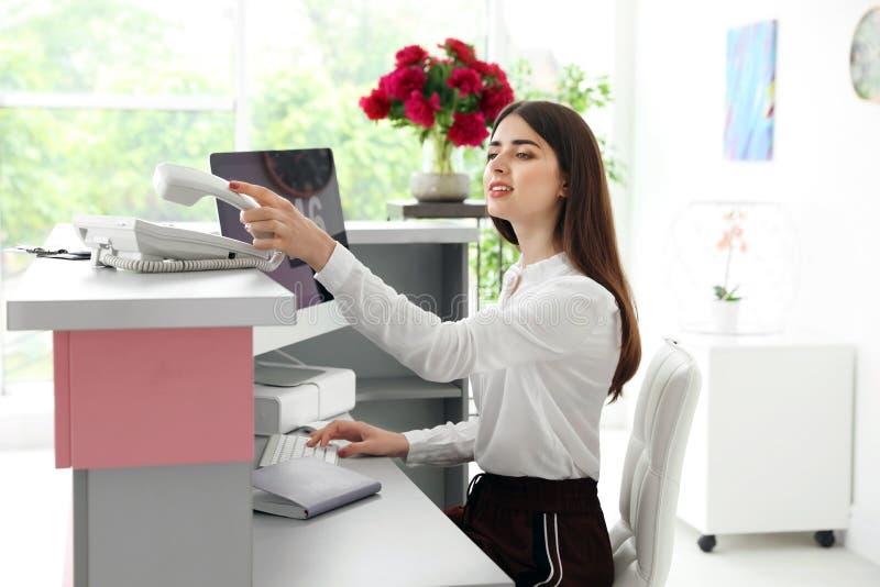 Piękno salonu recepcjonista używa komputer zdjęcie stock