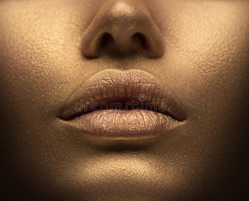 Piękno seksowna kobieta z złotą skórą Mody sztuki portreta zbli?enie Wzorcowa dziewczyna z błyszczącym złotym fachowym makeup fotografia royalty free