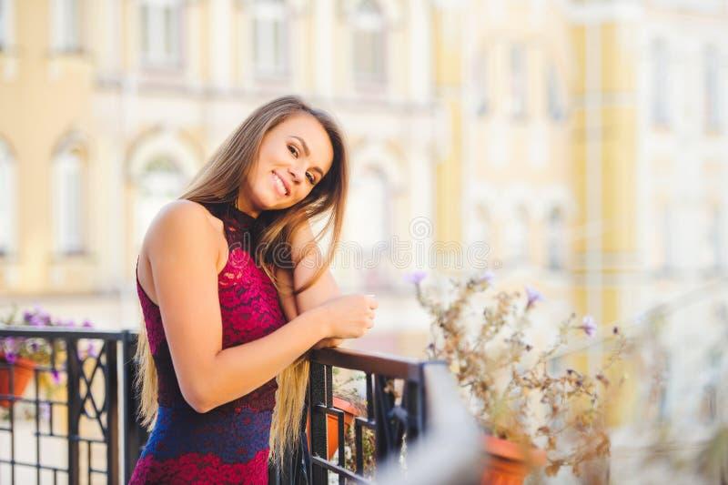 Piękno splendoru kobieta uśmiecha się patrzeć z interesem śmia się długie włosy Modna dama z pięknym uczesaniem, makeup na zdjęcia stock