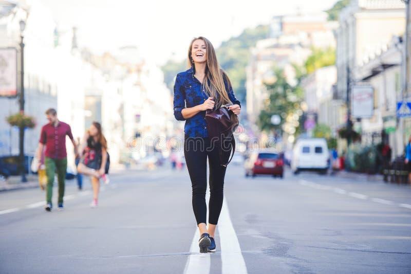 Piękno splendoru młoda kobieta patrzeje z interesem iść długie włosy Modna dama z pięknym uczesaniem, makeup Przeciw bac fotografia royalty free