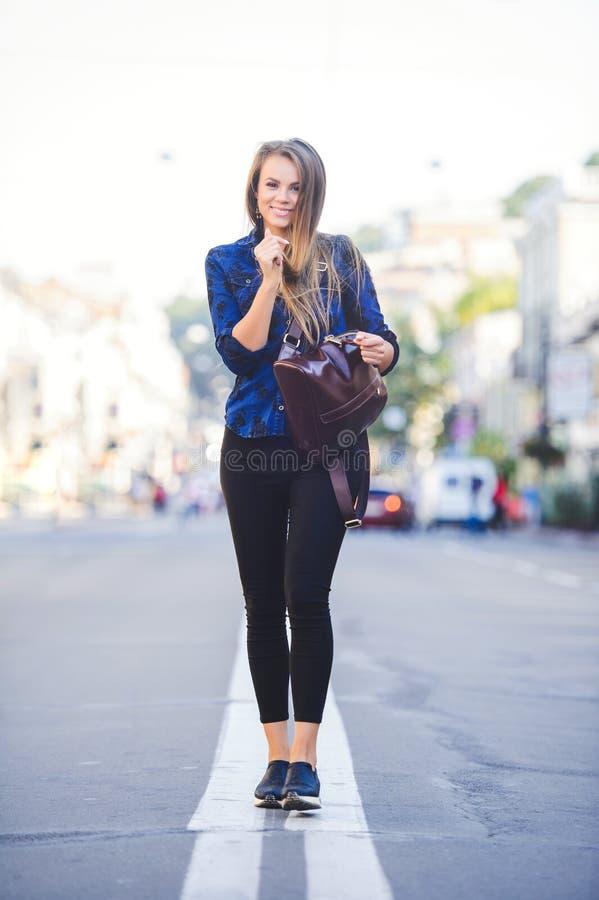 Piękno splendoru młoda kobieta patrzeje z interesem iść długie włosy Modna dama z pięknym uczesaniem, makeup Przeciw bac fotografia stock