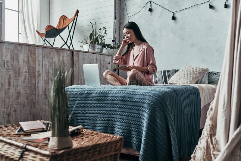 Piękno surfuje sieć Atrakcyjna młoda kobieta używa komputer obraz stock