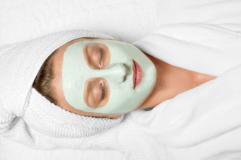 Piękno traktowania Kobieta stosuje twarzową maskę przy zdrojem fotografia stock