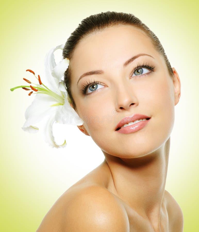Piękno twarz młoda piękna kobieta z kwiatem fotografia royalty free