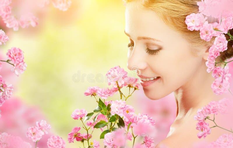 Piękno twarz młoda piękna kobieta z menchiami kwitnie w jej brzęczeniach fotografia royalty free