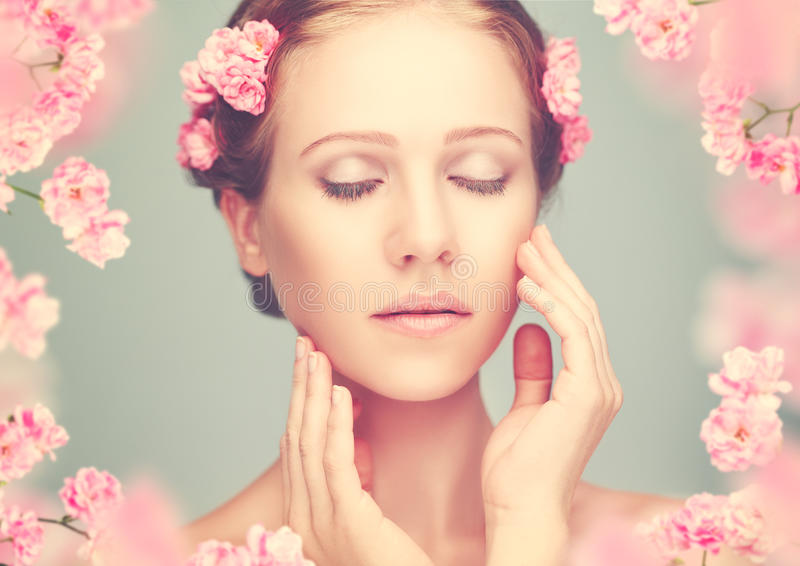 Piękno twarz młoda piękna kobieta z różowymi kwiatami zdjęcia stock