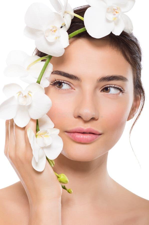 Piękno twarz z orchideą zdjęcia stock
