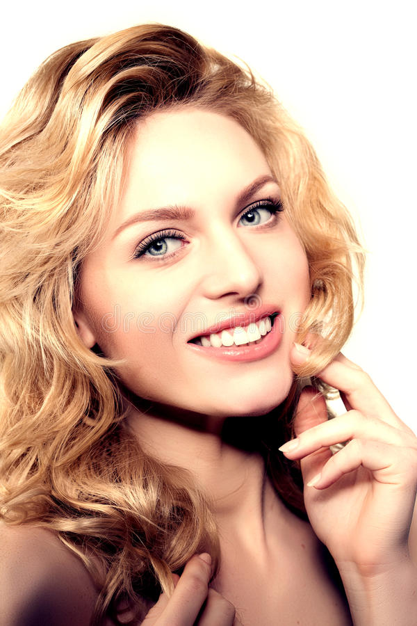 Piękno twarzy kobieta Dziewczyna zdrowy model w zdroju salonie Kremowy treatm obrazy stock