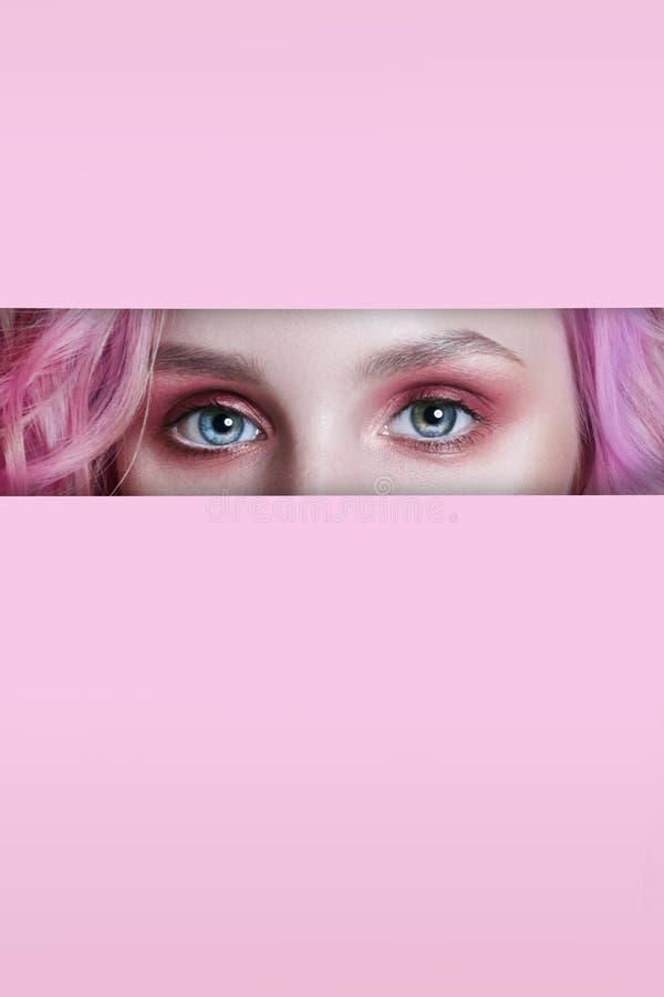 Piękno twarzy makeup czerwoni oczy młoda dziewczyna w rozchylenie dziurze różowa czerwień tapetują Kobieta z pięknego makeup czer obrazy royalty free
