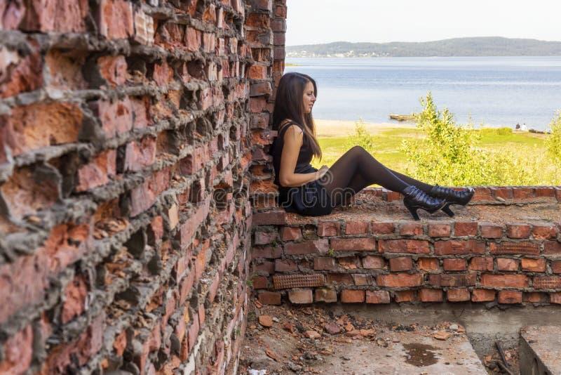 Piękno w krótkiej sukni na ruinach cegła dom i lato krajobraz obraz royalty free