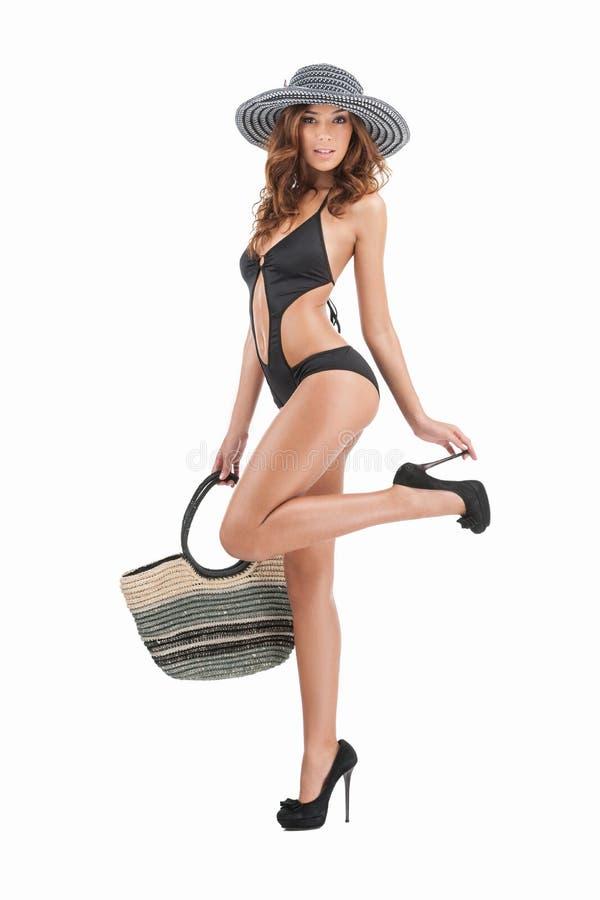 Piękno w pływanie odzieży. Pełna długość atrakcyjne młode kobiety w sw zdjęcia stock
