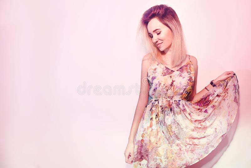 Piękno walentynki ` s dnia kobieta w sukni Moda modela dziewczyny twarzy profilu portret Uśmiech w różowym tle fotografia royalty free
