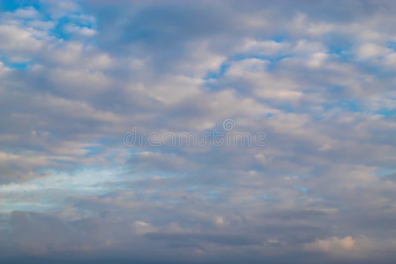 Piękno wieczór niebo z chmurami obraz royalty free