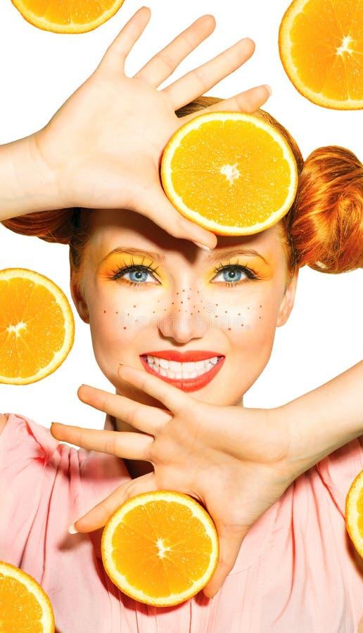 Piękno wzorcowa dziewczyna bierze soczyste pomarańcze obrazy royalty free