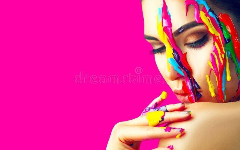 Piękno wzorcowa dziewczyna z kolorową farbą na jej twarzy Portret piękna kobieta z bieżącego ciecza farbą zdjęcie royalty free