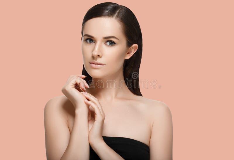 Piękno zdroju kobieta z perfect zdrowym twarzy skóry portretem Beauti zdjęcia stock