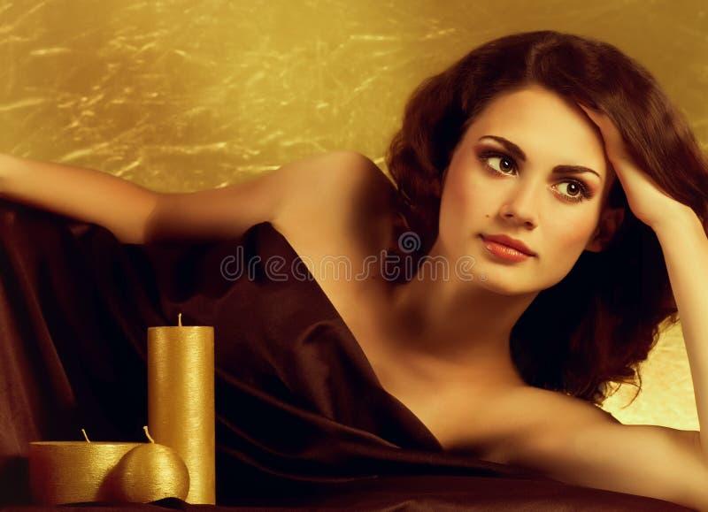 Piękno zdroju kobieta z złotymi świeczkami obrazy stock