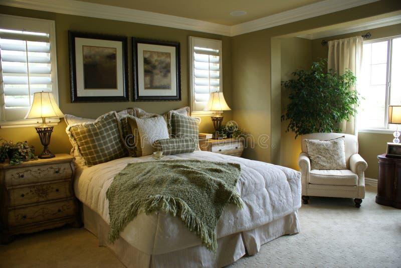 piękny łóżka mistrza pokój zdjęcia stock