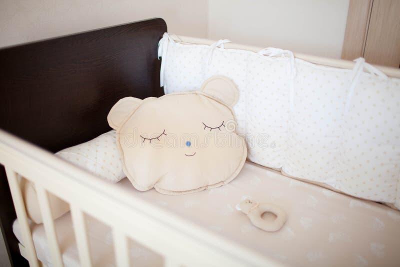 Piękny łóżko polowe z poduszkami obrazy royalty free