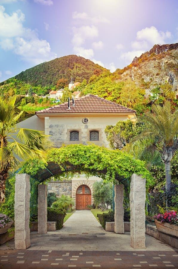 Piękny łękowaty wejście 2 opowieści dom fotografia stock